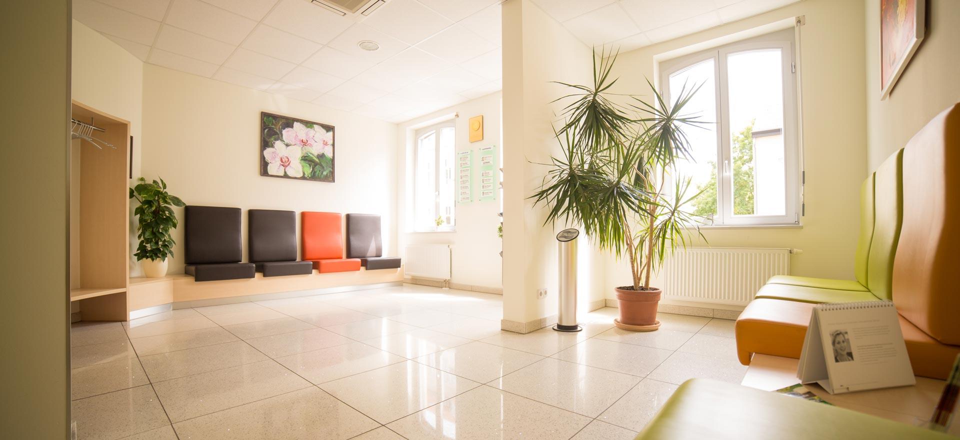Warteraum für Patienten, die sich in Berlin mit Zahnimplantaten behandeln lassen möchten.
