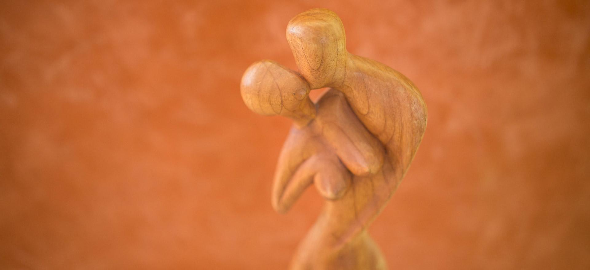 Holzfiguren stehen sinnbildlich für die ästhetische Chirurgie in der Belleza-Klinik in Berlin.