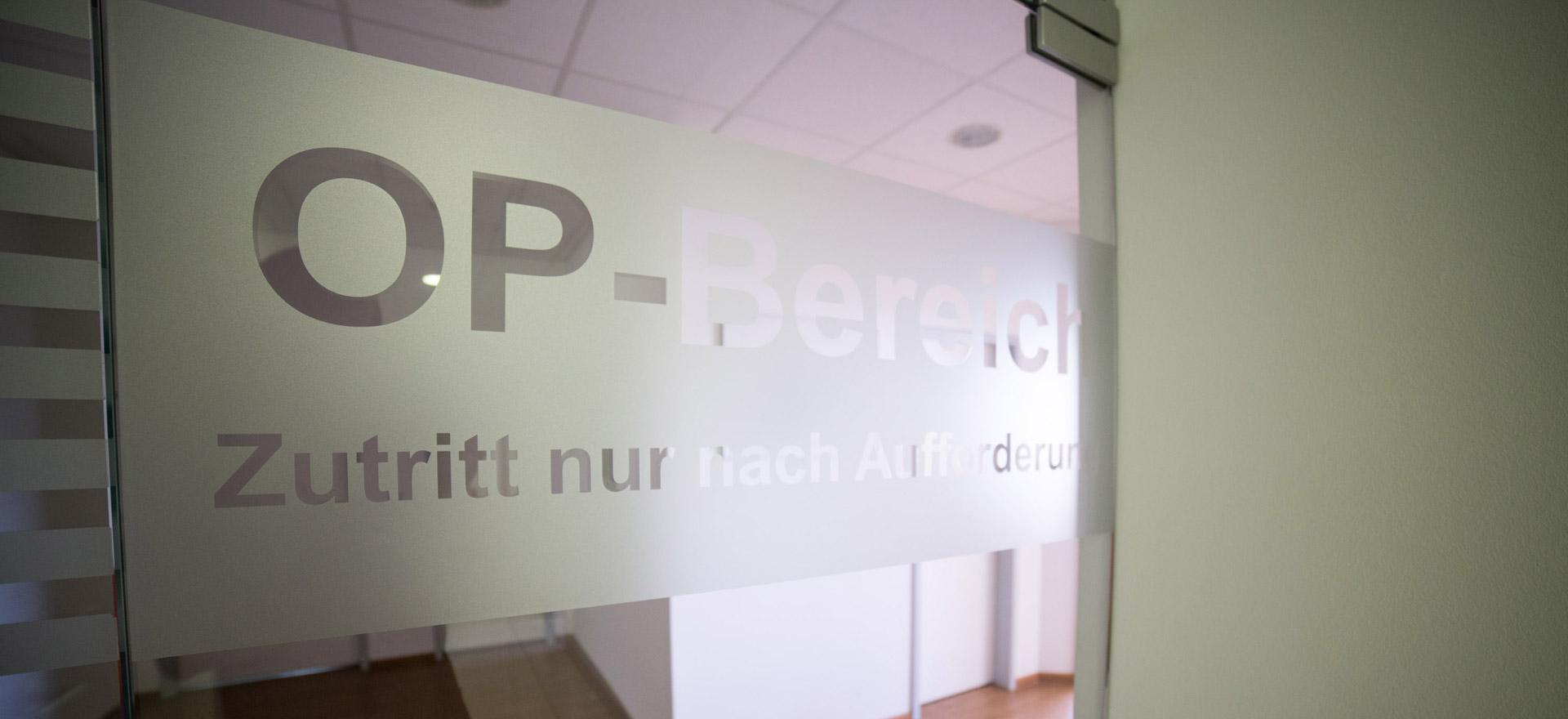 Eingangstür des OP-Bereichs im Belleza-Zentrum für Implantate in Berlin.