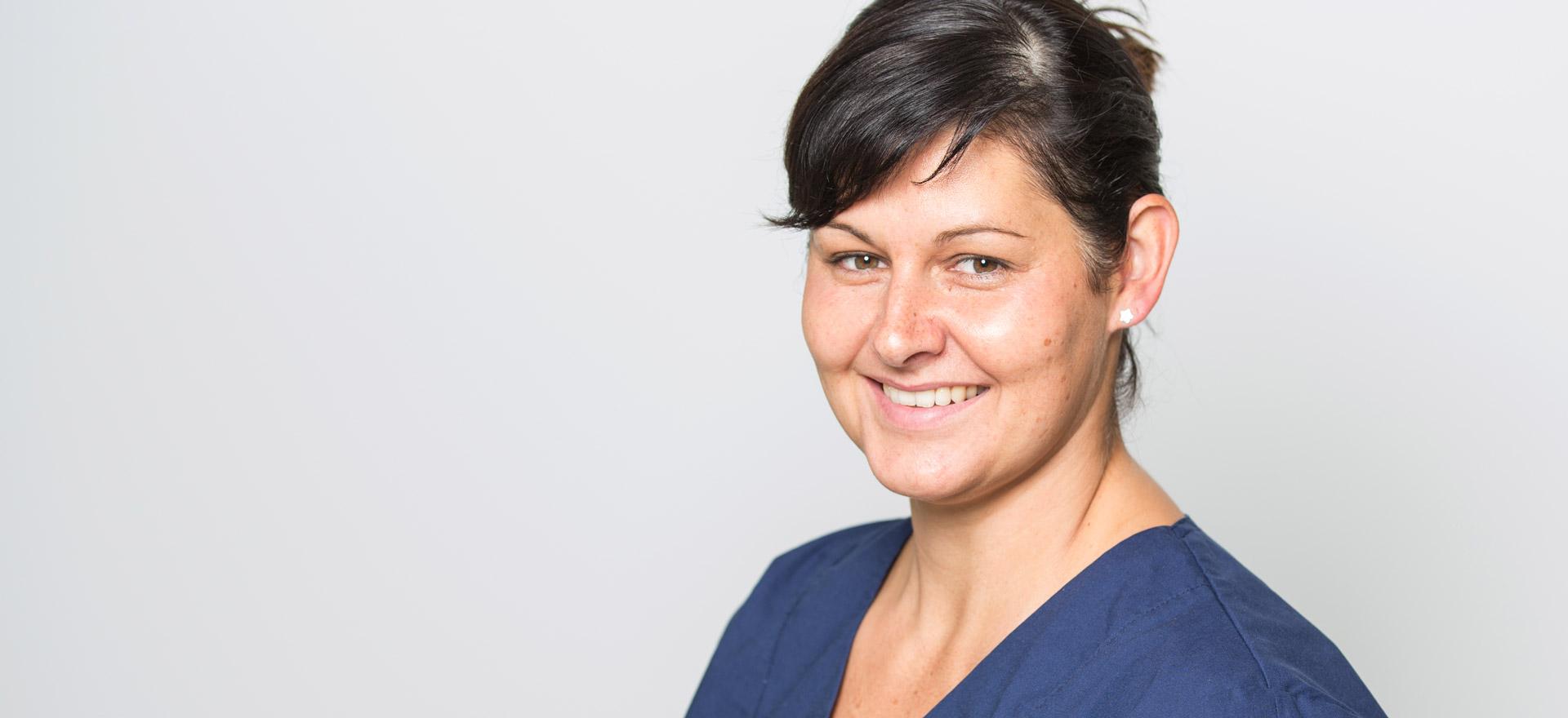 Eine Dentalhygienikerin aus Berlin lächelt in die Kamera.