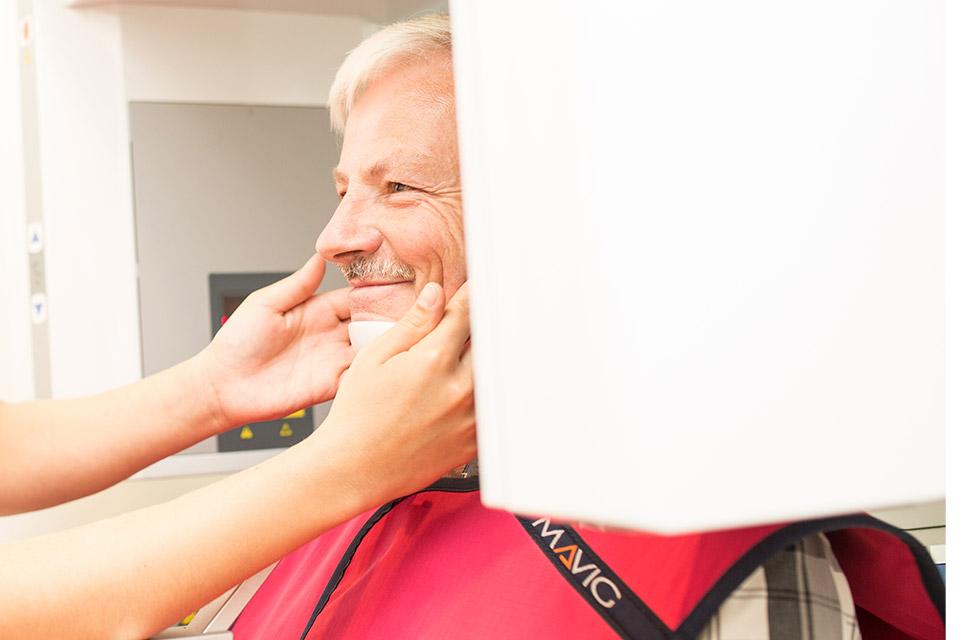 3D Röntgen bei einem Mann vor dem Zahnimplantate setzen in Berlin.